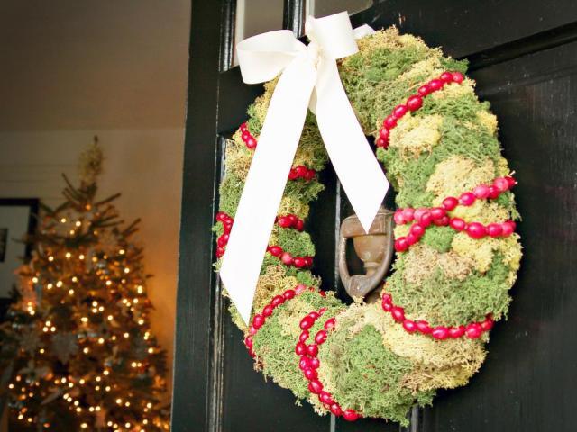 original_marian-parsons-holiday-wreath-on-door-beauty_s4x3-jpg-rend-hgtvcom-966-725